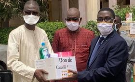 Le Représentant Assistant de UNFPA remet symboliquement les équipements au Secrétaire Général du Ministère de la Jeunesse